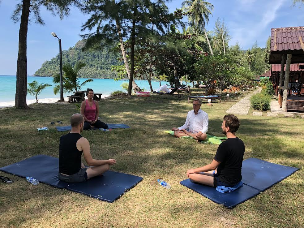 Retreat på Koh Kood meditation ved stranden